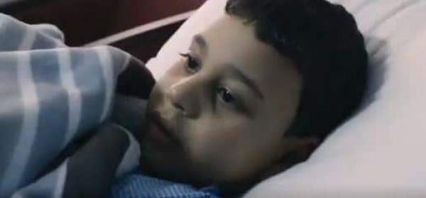 طفل مصري فقد والديه في حادِث مأساوي بالسعودية ..  شاهد ماذا فعل أهل المدينة؟