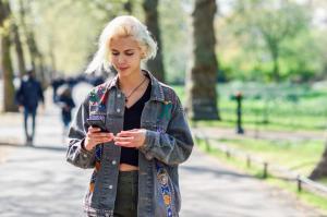 اليابان ..  مقترح بحظر الهاتف الذكي أثناء المشي