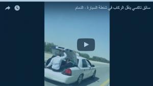 بالفيديو: سائق أجرة ينقل الركاب في صندوق السيارة