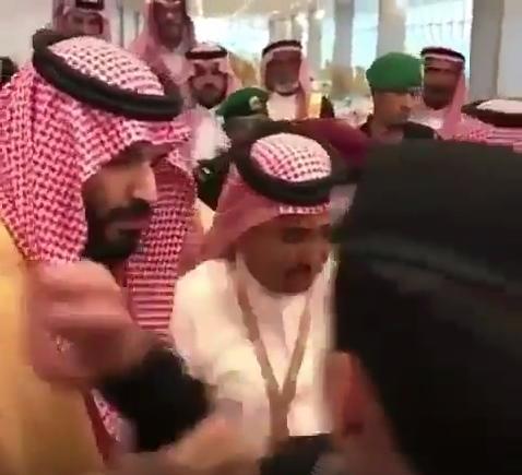 بالفيديو ..  الامير محمد بن سلمان يدفع احد حراسه بغضب لالتقاط صورة مع مواطن سعودي