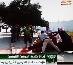 بالفيديو.. اردني ينحر جملاً ابتهاجاً بزيارة الملك سلمان للمملكة لحظة مرور موكبه