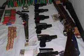 ضبط أسلحة أوتوماتيكية بمداهمة منزلين في جرش والمفرق