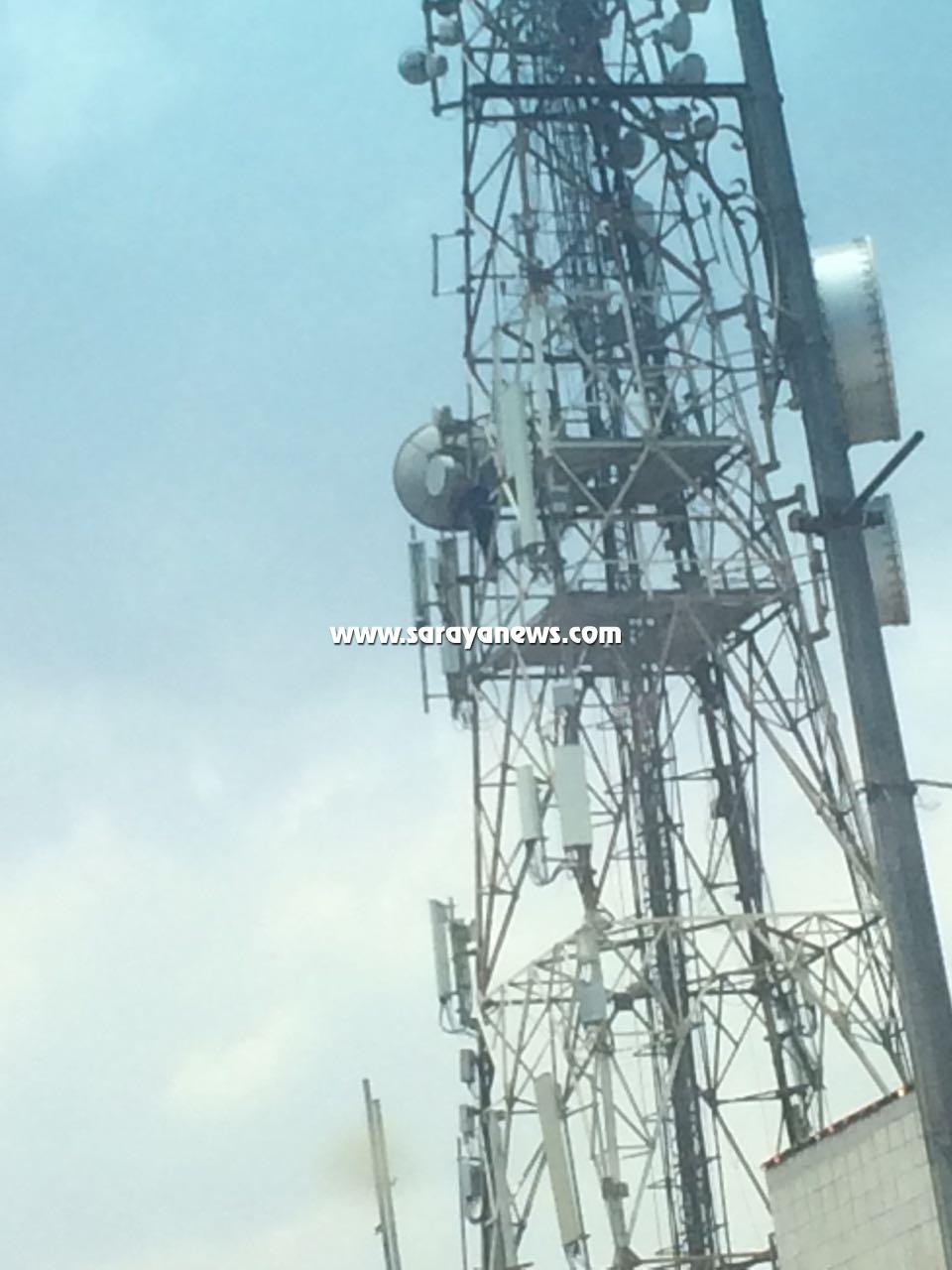 بالفيديو و الصور  ..  شاب يهدد بالانتحار بالقفز عن برج البريد في العقبة
