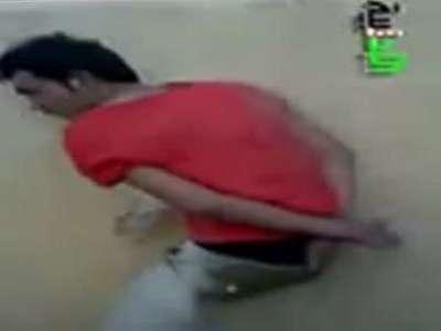 بالفيديو... تعذيب احد افراد الجيش الحر واعدامه رمياً بالرصاص