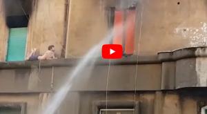 بالفيديو  .. شاب إيطالي ينجو من الموت بأعجوبة بعد حريق التهم شقته