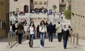 الجامعة الأمريكية بالقاهرة توضح موقفها من فضيحة تحرش شاب بأكثر من 100 فتاة من طالباتها!