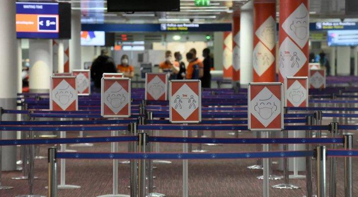 فرنسا تكثف التفتيش في المطارات وعلى المعابر في مواجهة وضع وبائي حرج