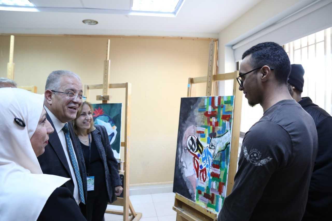 """عبيدات يفتتح ورشة الفنون التشكيلية """"الصداقة والسلام"""" في جامعة الزيتونة الأردنية"""