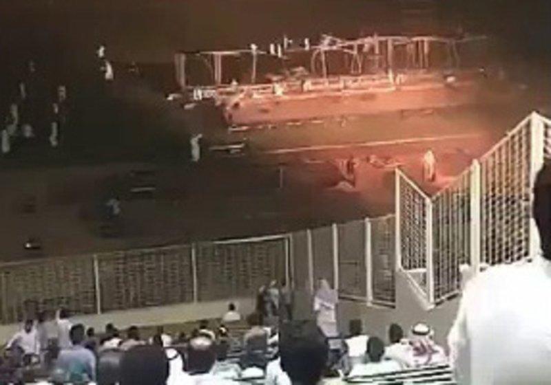 بالفيديو ..  الرياح الشديدة تتسبب بسقوط مسرح للاحتفال باليوم الوطني في السعودية ونجاة من كانوا عليه بأعجوبة