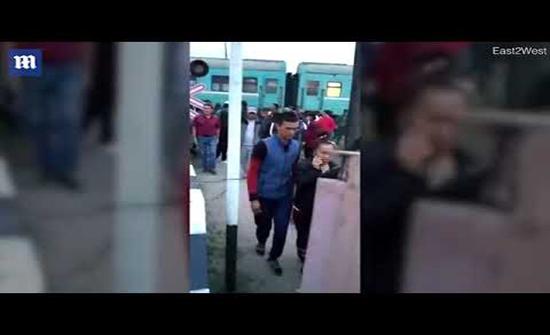 بالفيديو : قطار يصطدم بحافلة اعترضت طريقه والركاب ينجون بأعجوبة في كازاخستان