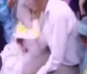 """بالفيديو .. عروس تعض يد زوجها على """" اللوج """" لنظره  لصديقتها"""
