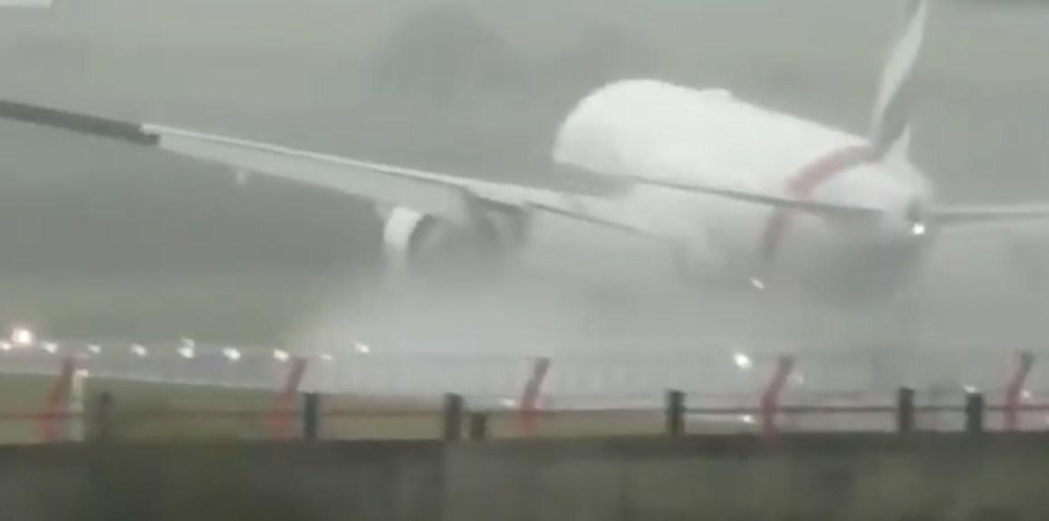 بالفيديو  ..  مشهد عصيب يحبس الأنفاس لطائرة إماراتية وسط رياح قوية في بريطانيا