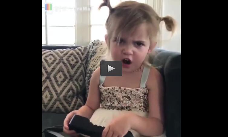 بالفيديو :طفلة تطلب من والدتها ايفون  .. فاشترت لها هاتف ارضي