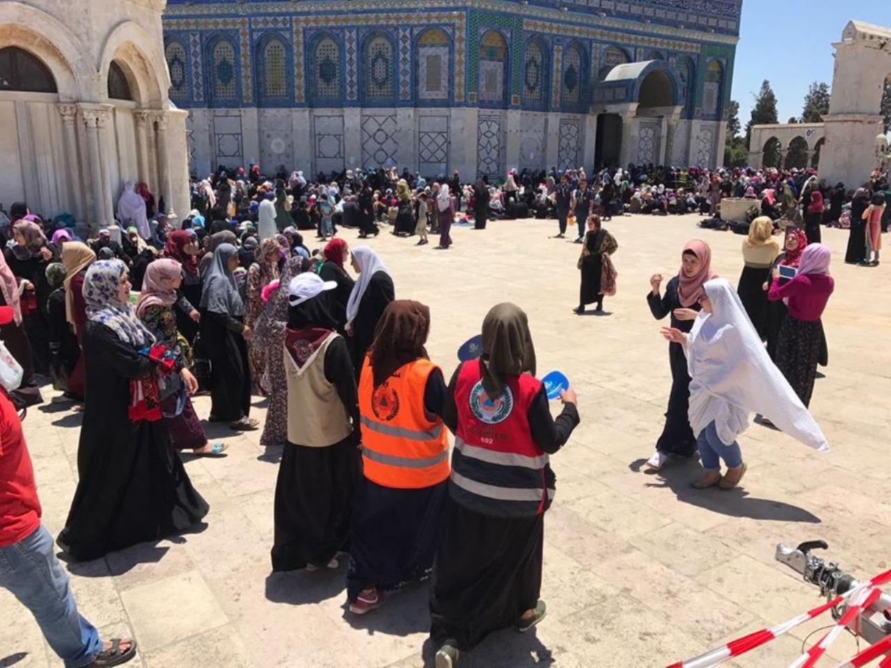 القدس ..  جهود تطوعية لمساعدة زوار المسجد الأقصى