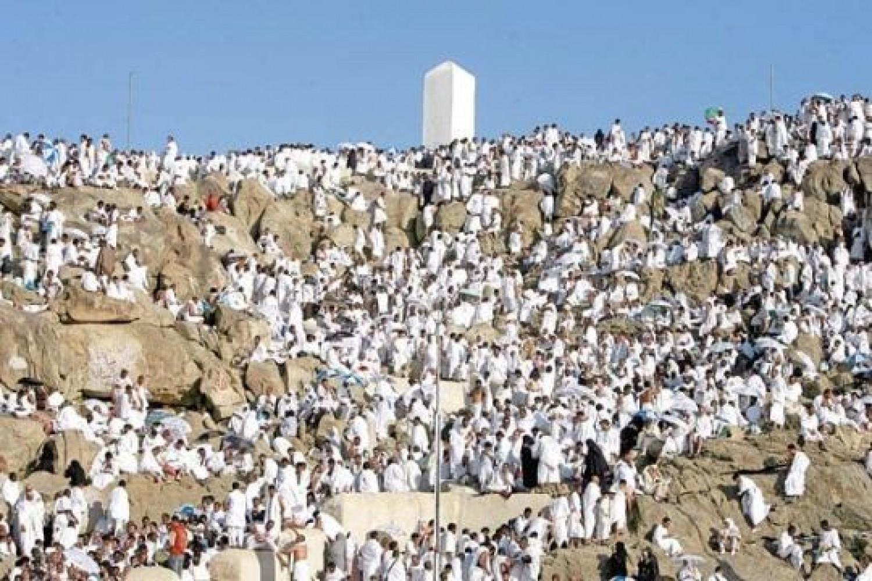بالصور  ..  مليوني حاج يبدؤون الصعود على عرفات بعد المبيت في منى