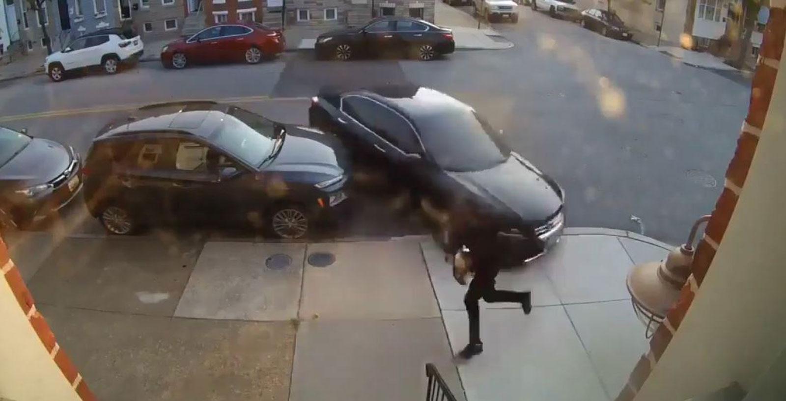 بالفيديو  ..  سيدة تحاول دهس زوجها بالسيارة عدة مرات