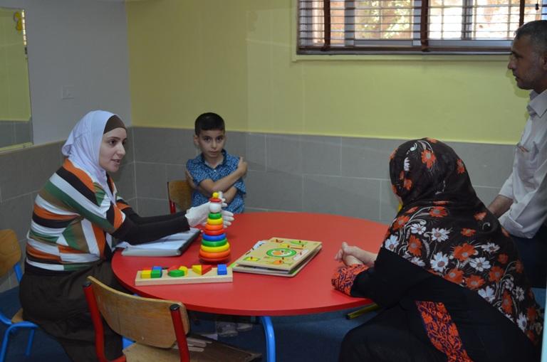 مركز جامعة عمان الأهلية للسمع والنطق يستقبل مراجعين من جمعية سنا