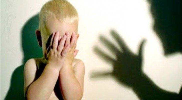 لبنان  ..  رجل يعذب طفله بطريقة بشعة