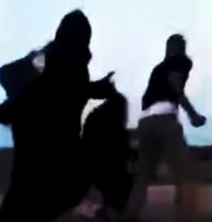 شاب يضرب 3 فتيات بالشارع بعد اعتراضهن على تحرشه
