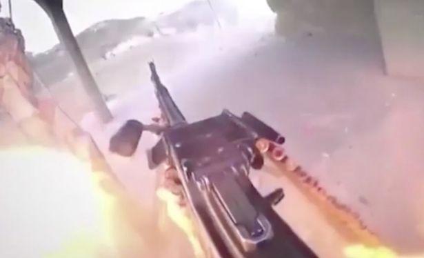 """بالفيديو ..  أحد مُقاتلي """"داعش"""" يوثّق لحظة مقتله بانفجار قنبلة يدوية كان يحاول إلقاءها!"""