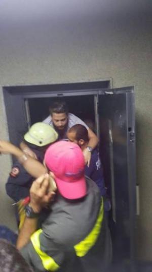 بالصور.. 13 طالباً جامعياً نجوا من مأساة...ساعتان من الرعب داخل غرفة المصعد