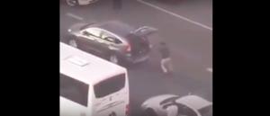 بالفيديو: شاهد ماذا فعل هذا الشاب لقتل الوقت في زحمة المرور