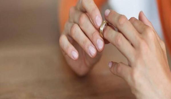 مصرية طلبت الخلع بعد تسع ساعات من زفافها  ..  بسبب شهر العسل !!