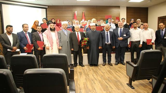 """برعاية قاضي القضاة ..  """"الشرق الأوسط"""" تحتفل باختتام دورة الإرشاد الأسري لفوجي عمان ومأدبا"""