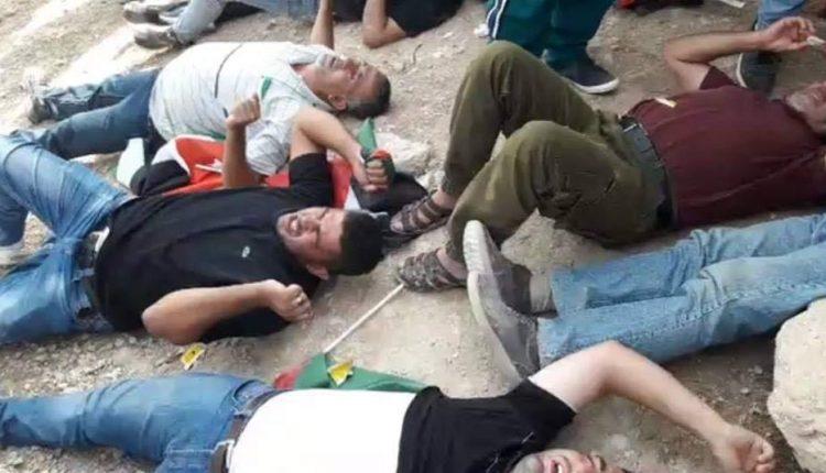 قوات الاحتلال تعتدي على معتصمين الخان الأحمر
