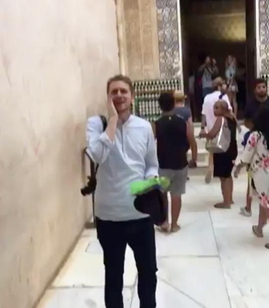 بالفيديو.. مسلم أمريكي يرفع الآذان في قصر الحمراء الأثري بإسبانيا