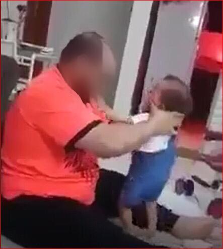 اب يضرب طفلته الرضيعة بطريقة وحشية  .. والأمن يحقق
