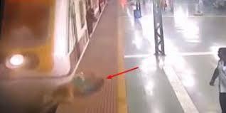 بالفيديو ..  نجاة امرأة بأعجوبة من تحت عجلات قطار قبل ثواني من وصوله