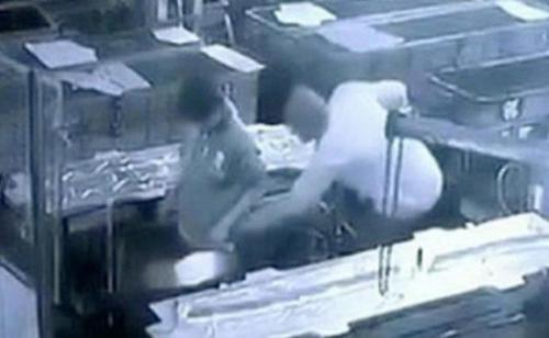 بالفيديو ..  شاهد مدير أراد ممازحة عامل فقتله