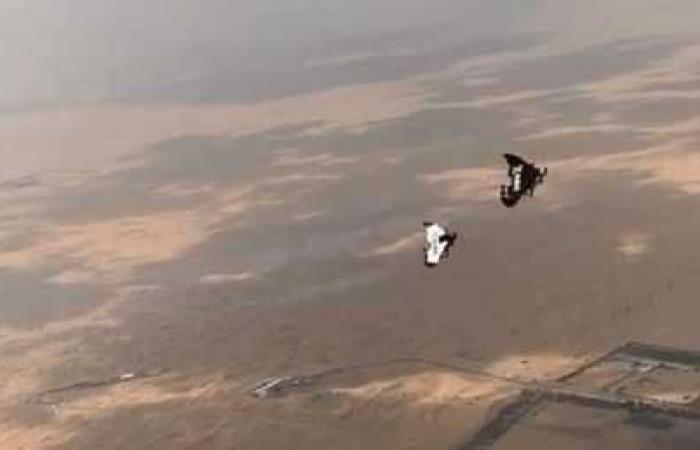 بالفيديو ..  ولي عهد دبي يرتدي محركات نفاثة ويطير في الجو