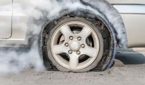 اتبع هذه النصائح بحال انفجار أحد إطارات السيارة أثناء القيادة