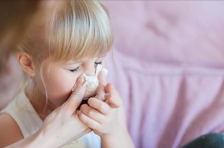علاج زكام الأطفال بين الأدوية الأعشاب