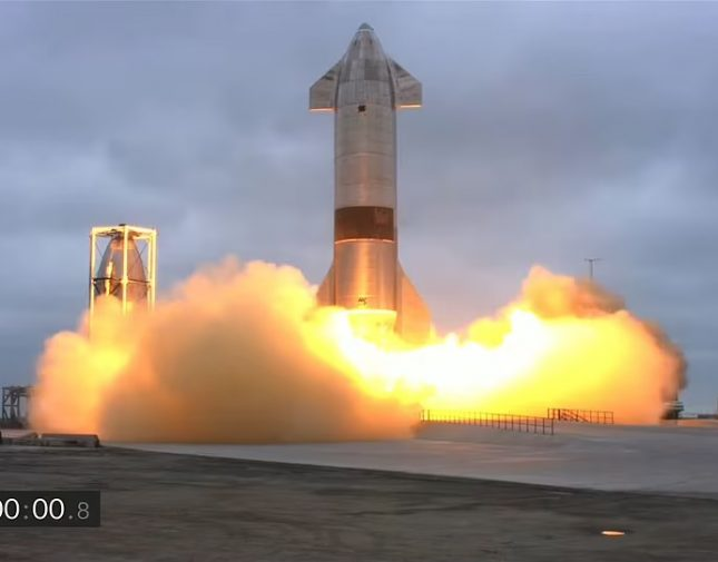 بالفيديو بعد محاولات فاشلة  .. نجاح تجربة إطلاق صاروخ وإعادته للهبوط على الأرض