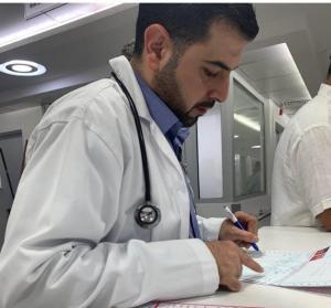 عامر ابو سنينة الطبيب الانسان