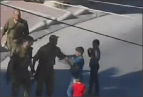 بالفيديو .. اعتداء وحشي من الجنود الصهاينة على أطفال
