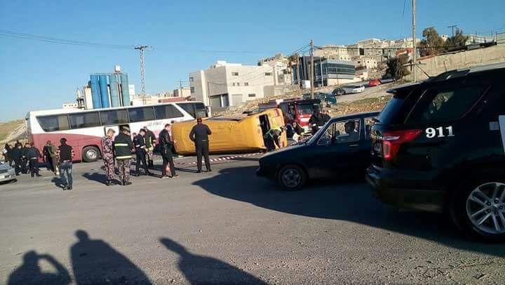 بالفيديو..وفاة طالب مدرسة واصابة 7 آخرين بحادث تدهور باص في عمان