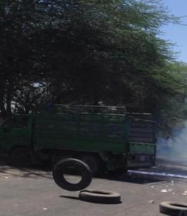 عشرات المحتجين يغلقون طريق البحر الميت رفضاً لإزالة بسطاتهم العشوائية