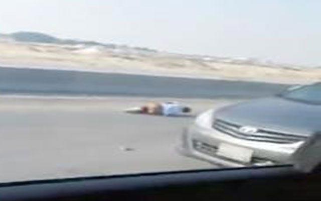 بالفيديو  ..  سعودي يقود سيارة بسرعة جنونية ويقفز منها عقب اشتعال النار بها