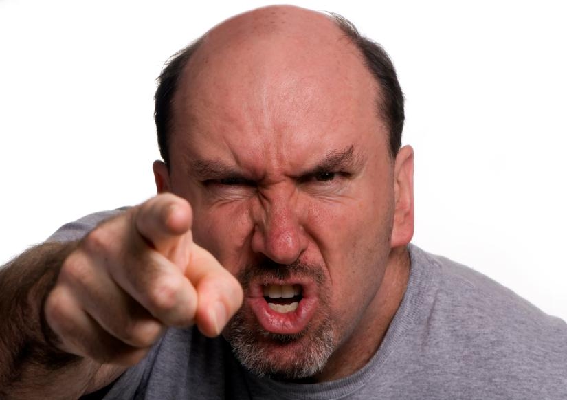 والدي يصرخ بوجهي أمام الناس دائماً ... ماذا أفعل ؟