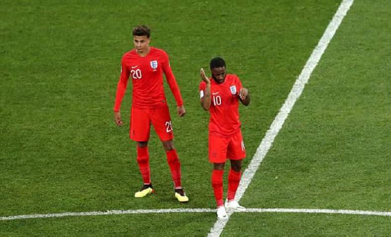 """بالفيديو  ..  ألاف البراغيث هاجمت لاعبي تونس و انجلترا اثناء المباراة """"شاهد"""""""