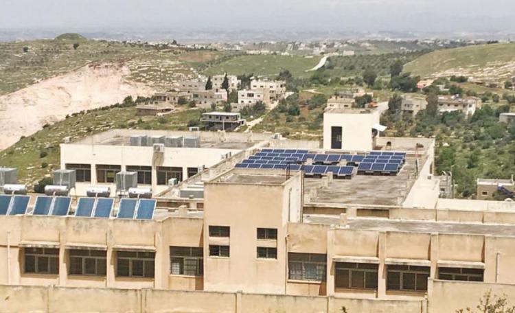 الحكومة تزوّد 128 مدرسة بأنظمة خلايا شمسية