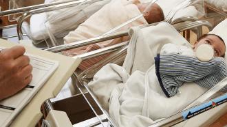 سيدة تضع مولودا يحمل أجساما مضادة لفيروس كورونا المستجد