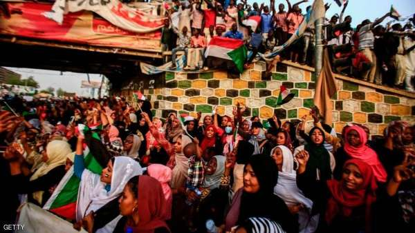 """احتفالات في شوارع السودان بعد اعلان """"ابن عوف""""تنحيه عن منصبه  .. """"تفاصيل"""""""