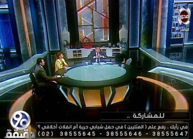 بالفيديو ..  اعلامي مصري يطرد ضيفه على الهواء لتأييده رفع علم المثليين بحفل غنائي