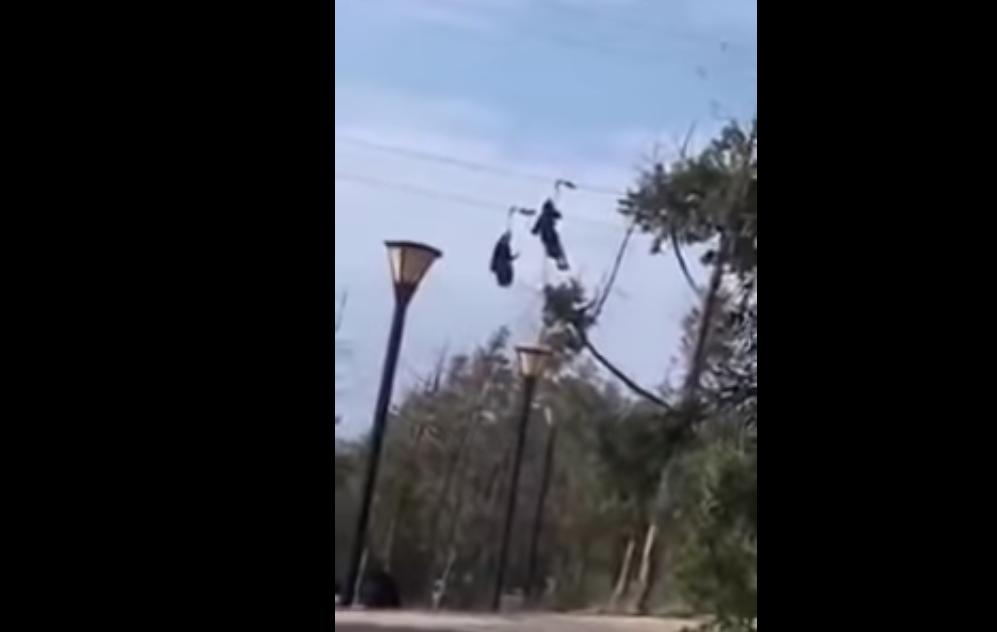 ضجه في السعودية بسبب فيديو تظهر فيه سعوديتان معلقتان بالهواء