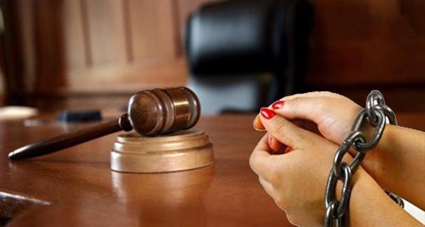 محاكمة امرأة للاشتراك مع (4) رجال في قتل وسرقة شريكتها بالسكن